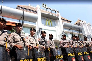 Polices-Standby-in-front-of-McDonalds-Restaurants