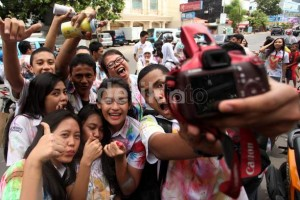 High School Students Celebrate Post National Exam