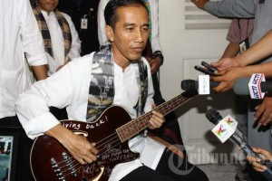 Jokowi and his signed bass guitar from Metallica bassist Robert Trujillo.