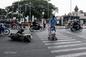Foreigner Almost Hit When Crossing Street in Indonesia